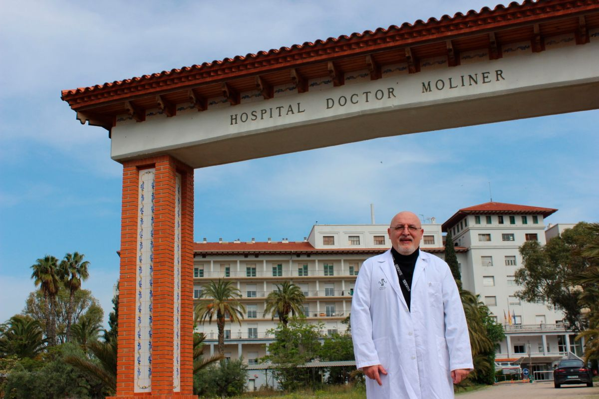 El capellán Antonio María Nofuentes ante la fachada del hospital para enfermos crónicos y de larga duración Doctor Moliner de Serra (Valencia).