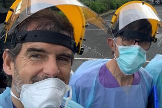 El doctor Lariño, con el traje de protección.