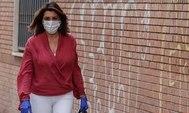 Susana Díaz llega con mascarilla a la sede del PSOE en la calle San Vicente de Sevilla.