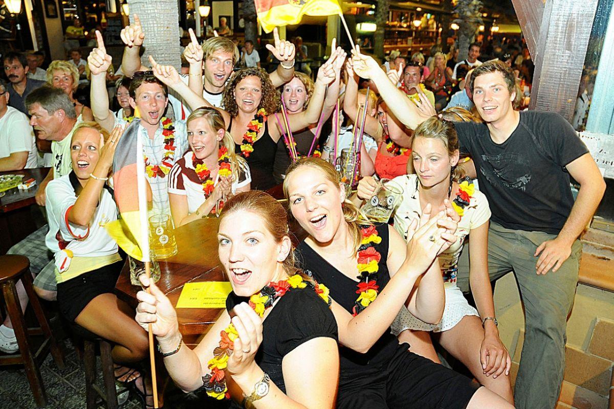 Turistas alemanes viendo  en un local de la Playa de Palma un partido de su selección. ALBERTO VERA