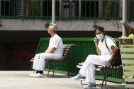Dos sanitarios en un descanso y respetando la debida distancia de seguridad.