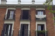 Una pancarta con la palabra 'Resistiré' en un edificio del centro de Madrid. FIRMA: lt;HIT gt;ANTONIO lt;/HIT gt; lt;HIT gt;LUCAS lt;/HIT gt;