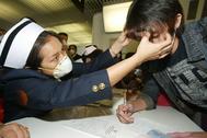 Chequeos por el SARS en el aeropuerto de Bangkok, en 2003.