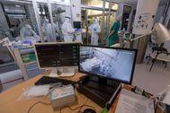 Varias enfermeras trabajan en la unidad de cuidados intensivos del Hospital Morales Meseguer de Murcia