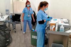 Toma de muestras al personal sanitario en el hospital de campaña situado junto a La Fe de Valencia, ayer.