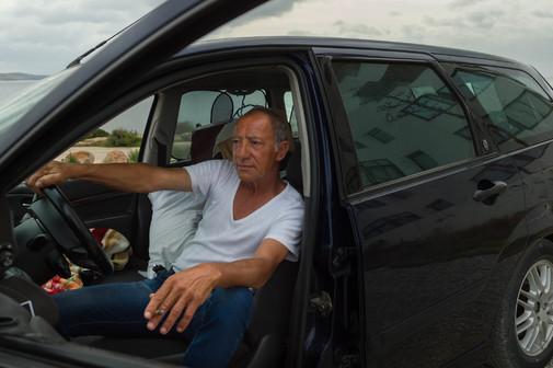 Manuel Escobar en el asiento del piloto del Ford Focus en el que vive.