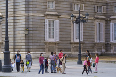 Grupo de familias con niños en el centro de Madrid