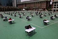 Surcoreanos durante un examen, en Seúl.