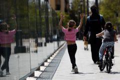 Niños pasean con un adulto por Madrid.