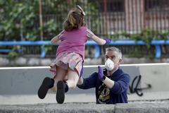 Un padre juega con su hija en el primer día de salida del confinamiento, en Madrid.