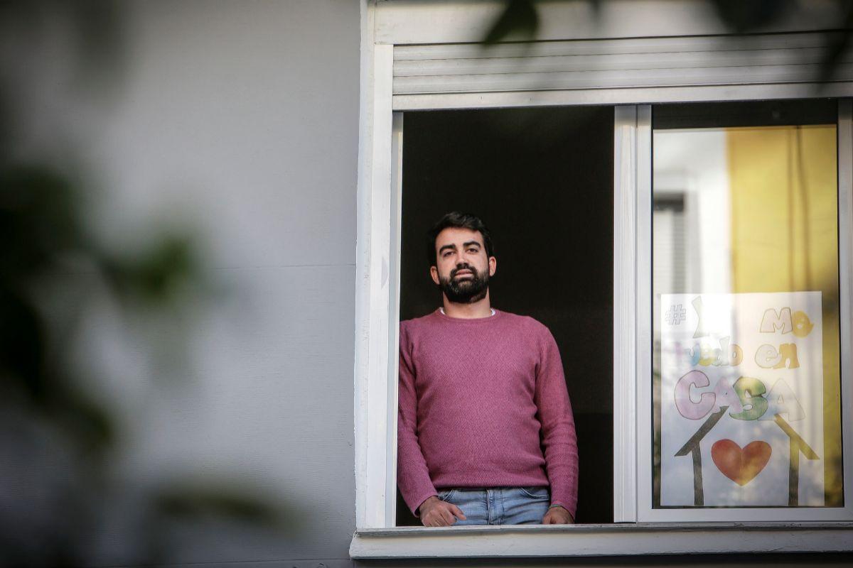Rubén Masià asomado a una de las ventanas de su domicilio en Valencia.