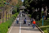 GRAFCVA4450. VALENCIA.- Numerosas familias han bajado al jardín del rio lt;HIT gt;Turia lt;/HIT gt;, en el cuadragésimo tercer día del estado de alarma, en el que por primer vez los niños han podido volver a pasear por las calles de la ciudad.