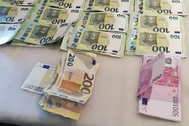 GRAF6074. MÁLAGA.- Dinero incautado en una operación antidrogas llevado a cabo en Málaga. Una organización de narcotraficantes asentada en Málaga con ramificaciones en varios países europeos ha sido desarticulada por la Policía Nacional y la OFAST de Francia, actuación en la que han sido detenidas dieciséis personas -trece en España- y se han intervenido 650 kilos de lt;HIT gt;marihuana lt;/HIT gt;. En la operación han sido arrestadas trece personas en Málaga y Madrid y tres en Francia y se han intervenido 526.000 euros en efectivo, dos camiones y un revólver, entre otros efectos, según ha informado este domingo la Policía en un comunicado.  Policía Nacional SÓLO USO EDITORIAL NO VENTAS