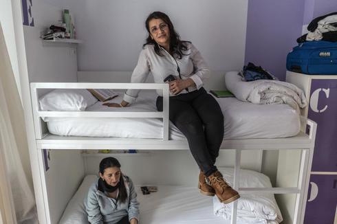 María Elba y Blanca en el hostal de Cruz Roja.