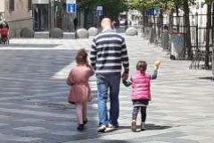 Un padre con sus hijos en Madrid.