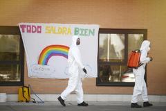 Militares de la UME participan en la desinfección de una residencia de mayores.