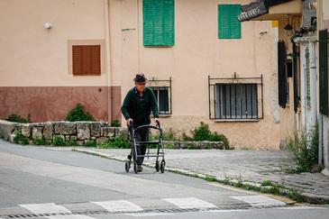 Un anciano con un andador en una calle del pueblo de Torrelaguna (Madrid).