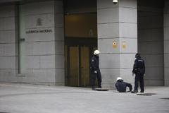 Varios policías inspeccionan los alrededores de la Audiencia Nacional.