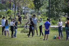 Un grupo de personas (con niños) ayer en el cauce del río Túria, ayer.