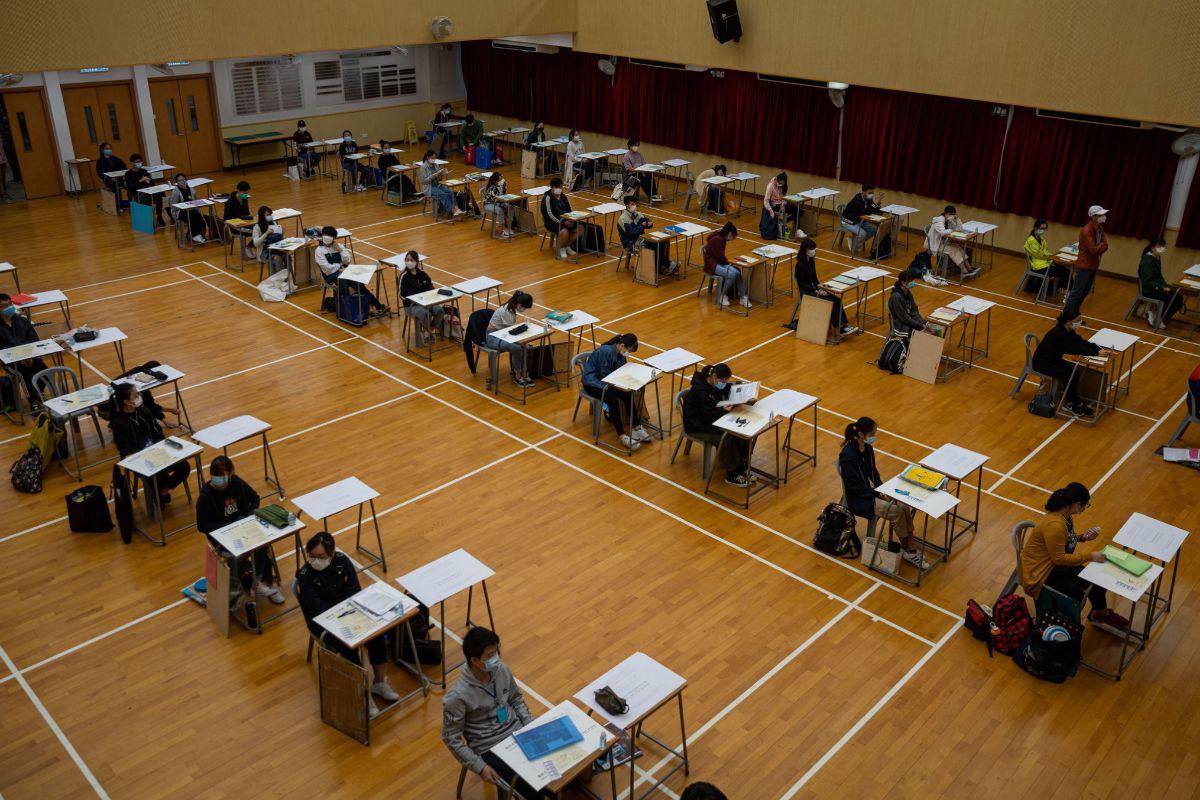 Estudiantes realizan un examen en Hong Kong tras la reapertura de aulas.