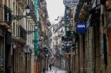 Calle de la Parte Vieja donostiarra donde la mayoría de los establecimientos se encuentran cerrados por la pandemia del coronavirus.