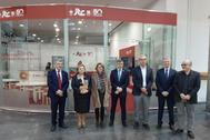 Guillamón, primera por la izquierda, en el expositor del ITC en Cevisama, con otras autoridades empresariales y de la universidad.