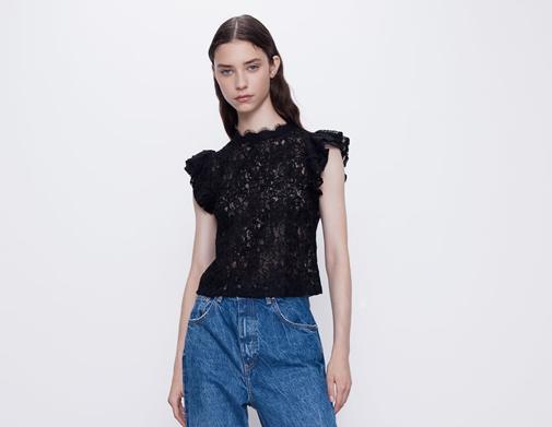 Top semitransparente de cuello subido y manga con volante. Es de Zara y cuesta 7,99 euros.