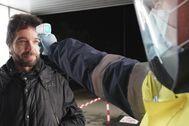 Un empleado de la planta de Mercedes Benz en Vitoria mide la temperatura a otro, ayer, coincidiendo con la vuelta al trabajo.