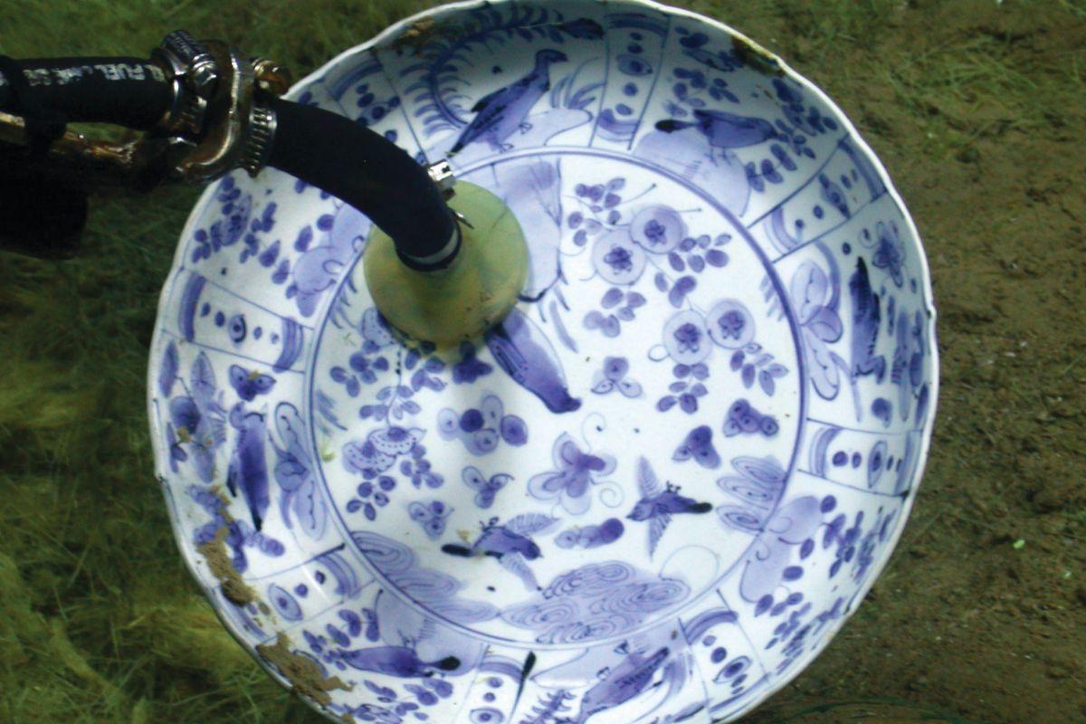 Un plato de fayenza azul y blanco, de Lisboa.