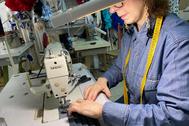 En el taller de Lina1960 se fabrican batas y mascarillas que reparten en centros sanitarios.
