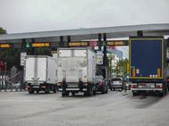 Varios camiones esperan para pasar por el peaje de acceso a Mercamadrid.