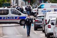 Policías franceses mantienen un perímetro de seguridad en el lugar del ataque en Colombes, a las afueras de París.