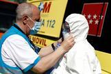Trabajadores sanitarios participan en la desinfección de los dos autobuses