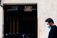 Un joven pasa ayer frente a un cartel de 'Se Alquila' en el centro de Madrid