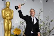 Alfonso Cuarón sostiene su premio Oscar