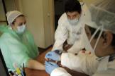 Una enfermera se hace un test por COVID-19
