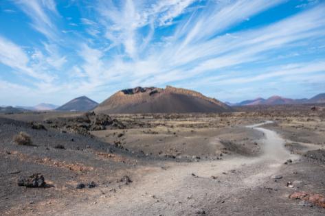 Senda del Parque Natural de los Volcanes que llega hasta el cráter del volcán del Cuervo.