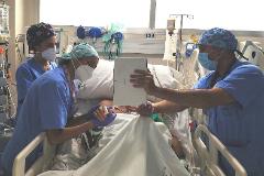 Sanitarios ayudan a un enfermo a contactar con sus familiares.