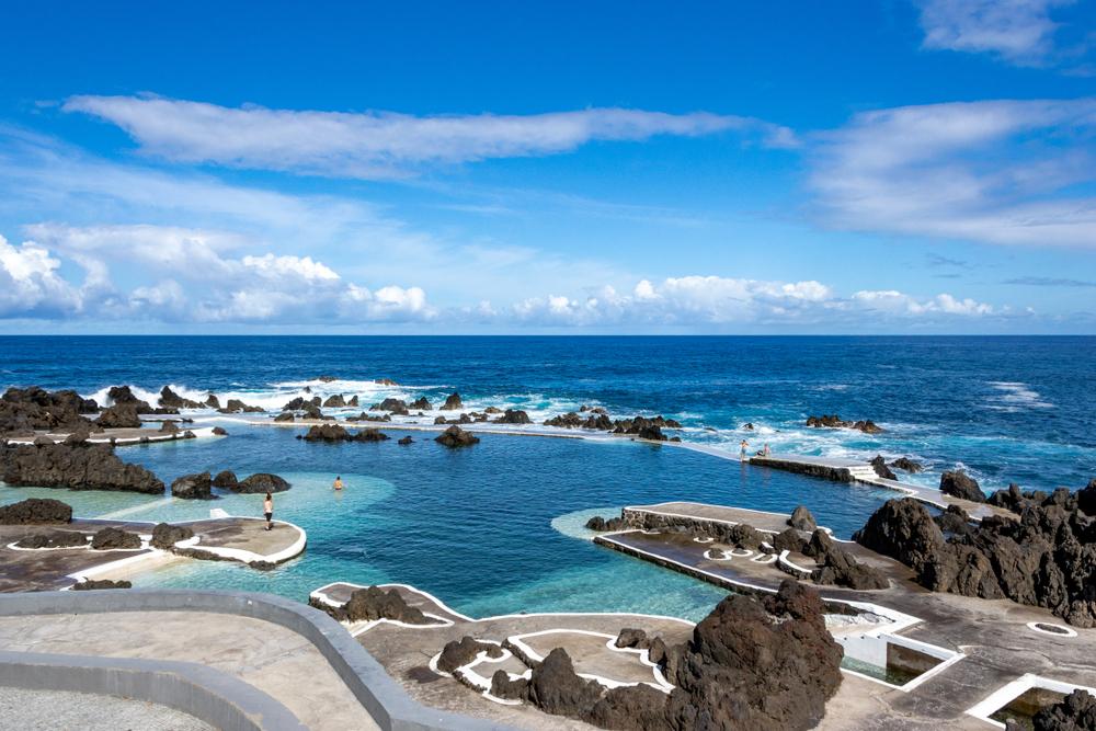 Son una de las joyas naturales que hay que marcar en el mapa de la agreste Madeira. Formadas por lava volcánica, estas piscinas al noroeste de la isla permiten el envite suave del mar. Un paisaje Atlántico salvaje y milenario que ha domado la mano del hombre y que permite la inmersión de los fanáticos del baño de todas las edades.