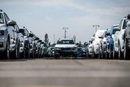 Nuevos Skoda esperando la distribución en la campa de Skoda Auto manufacturing plant in Mlada Boleslav.