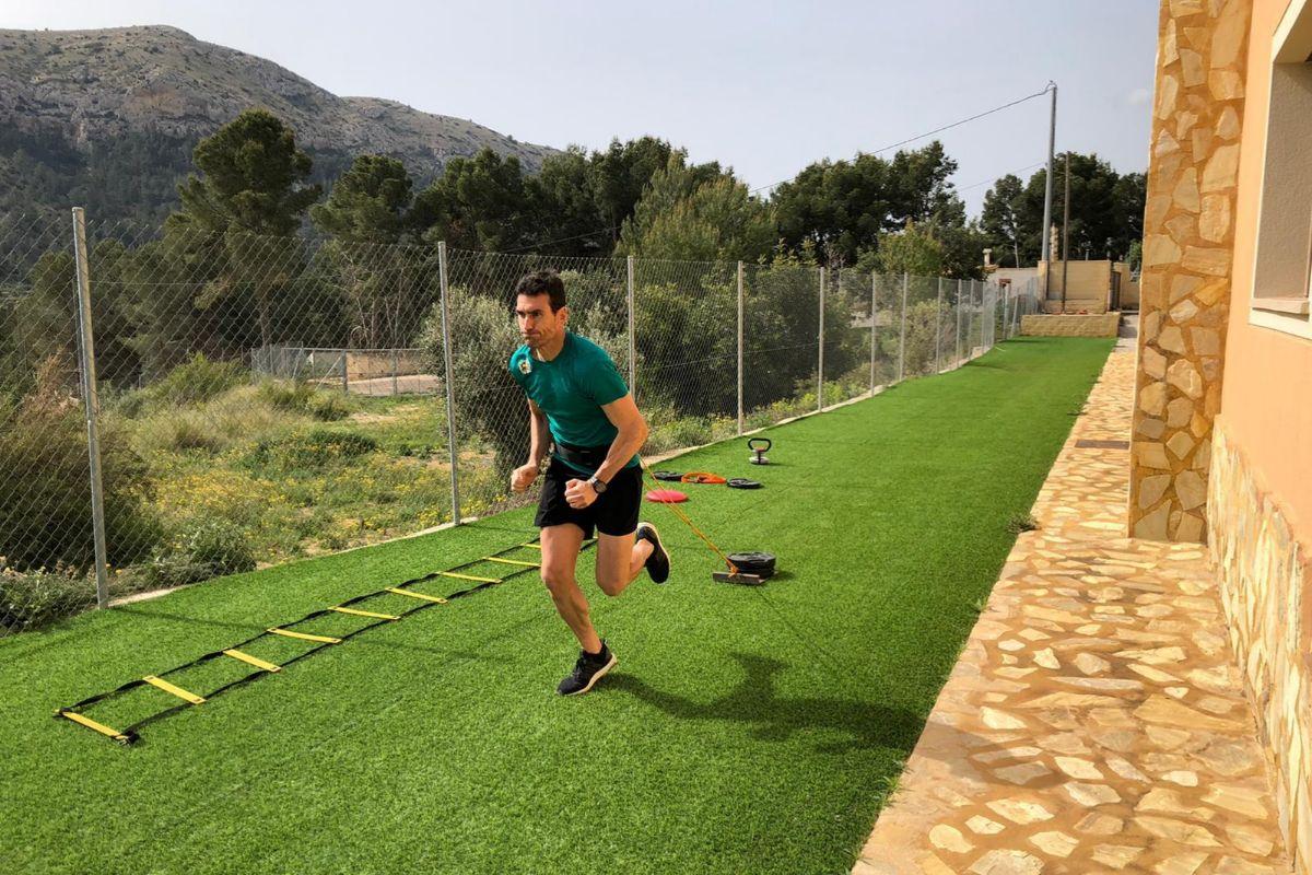 Antonio Gil Manzano, en su casa de Finestrat (Alicante), donde tiene un gimnasio y hasta una rampa para ejercicios en el jardín.