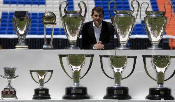 Con sus trofeos con el Madrid, el día de su despedida, en 2015.