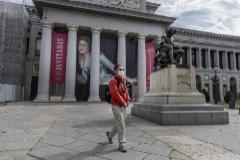 Un hombre protegido con mascarilla camina junto al Museo del Prado.