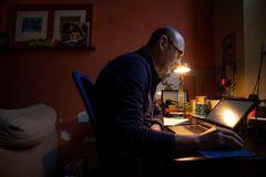 Antoni, un empleado de banca, trabaja desde casa