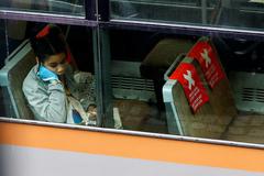 Una mujer sigue las reglas de distancia social en un tren en Bruselas.