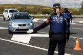 Dos agentes de la Policía Municipal de Madrid, en un control durante el estado de alarma.