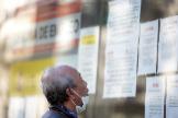 Un hombre lee los comunicados de una oficina de empleo en el centro de Madrid.