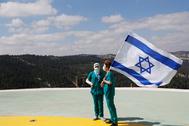 Dos médicas sostienen una bandera de Israel