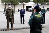 Felipe VI visita el cuartel de la Guardia Real y unidades de la Guardia Civil en su lucha contra el coronavirus.