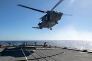 La tripulación de la fragata canadiense Fredericton conecta una manguera a un helicóptero CH-148 Cyclone, en febrero.